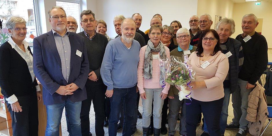 Diplom Sozialarbeiterin Charitini Petridou-Nitzsche (vorne r.) Wurde mit einem Blumenstrauß verabschiedet. Bei Fragen steht sie den Senioren aber weiter gerne zur Verfügung.
